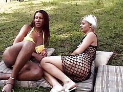 Ebony shemale nails a hot chock outdoor